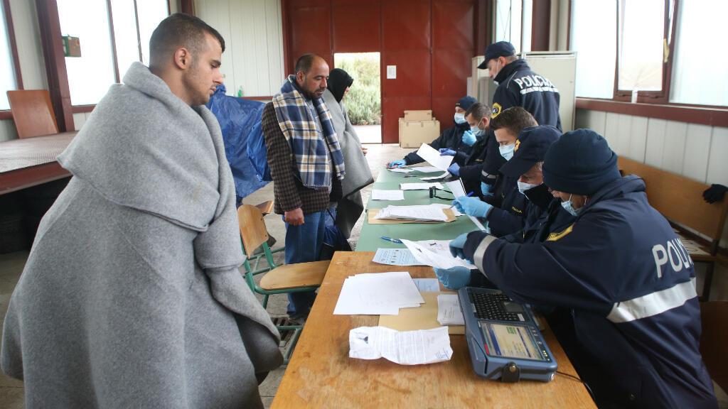 Des migrants s'enregistrent auprès d'agents de police à Lendava, Slovénie, après avoir traversé la frontière avec la Croatie le 17 octobre 2015.