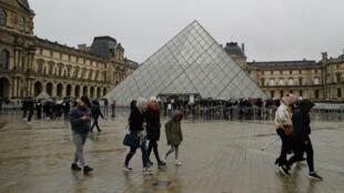 Le musée du Louvre a été exceptionnellement fermé dimanche 1er mars 2020 en raison d'un droit de retrait voté par le personnel, inquiet de l'épidémie de coronavirus.