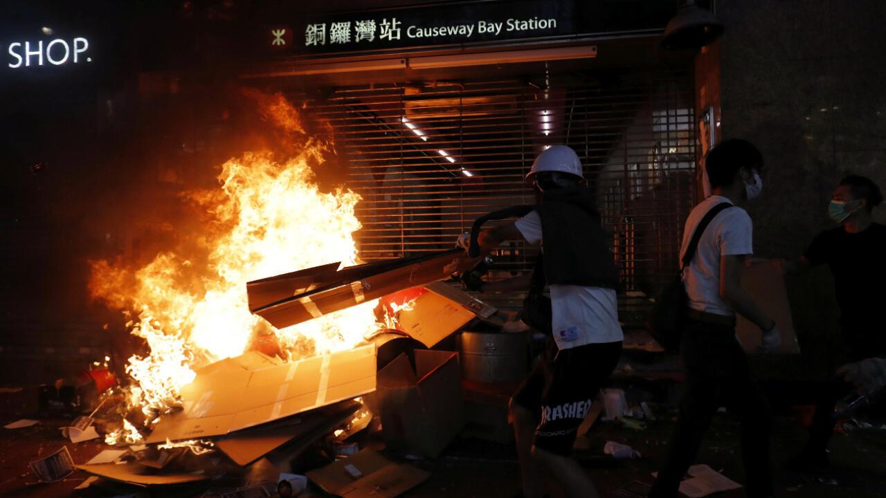 Un grupo de manifestantes quema escombros en la entrada de una estación del metro de Hong Kong en la noche del viernes 4 de octubre de 2019.