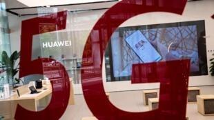 Le logo 5G sur la vitrine d'une boutique Huawei, le 25 mai 2020 à Pékin