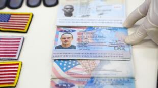 Pasaportes de ciudadanos estadounidenses detenidos por las fuerzas de seguridad de Venezuela, son exhibidos el 4 de mayo de 2020 en el  Palacio Presidencial de Miraflores en Caracas