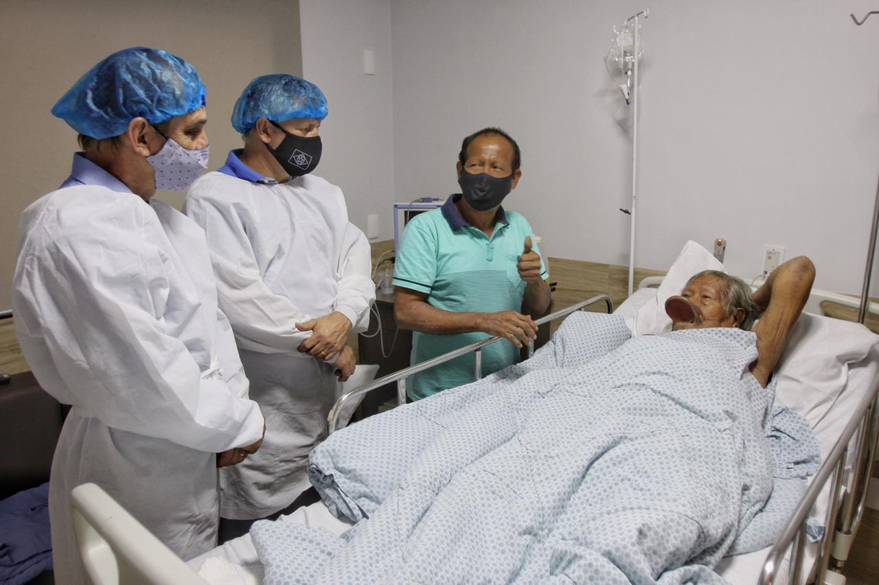El cacique Raoni Metuktire recibe la visita de representantes del gobierno del estado de Mato Grosso en el Hospital Dois Pinheiros en la ciudad de Sinop, estado de Mato Grosso, Brasil, el 22 de julio de 2020