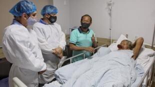 Imagen divulgada por la gobernación del estado de Mato Grosso que muestra al líder indígena Raoni Metuktire durante su internación en el hospital Dois Pinheiros de Sinop el 22 de julio de 2020