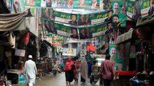 Una calle en la ciudad de Rawalpindi, en Pakistán, adornada con pancartas de diferentes candidatos presidenciales.
