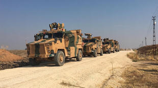 Des véhicules blindés turcs déployés près de la ville de Kiziltepe, en Turquie, en direction de la Syrie, le 1er novembre 2019.