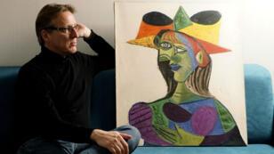 El investigador de arte neerlandés, Arthur Brand, en la imagen junto al cuadro 'Busto de mujer', pintado en 1938.