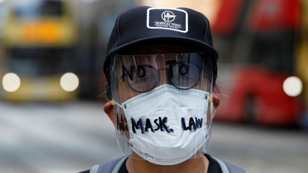Un manifestante antigubernamental enmascarado es retratado en el centro de Hong Kong, el 4 de octubre de 2019.