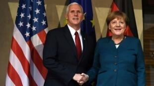 أنغيلا ميركل تصافح نائب الرئيس الأميركي مايك بنس على هامش مؤتمر الأمن في 18 شباط/فبراير 2017