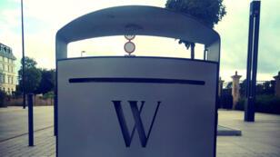 """Une poubelle """"Wikimedia"""", choisie par Rémi Mathis, ancien directeur de l'organisation en France, comme illustration de son billet Medium."""