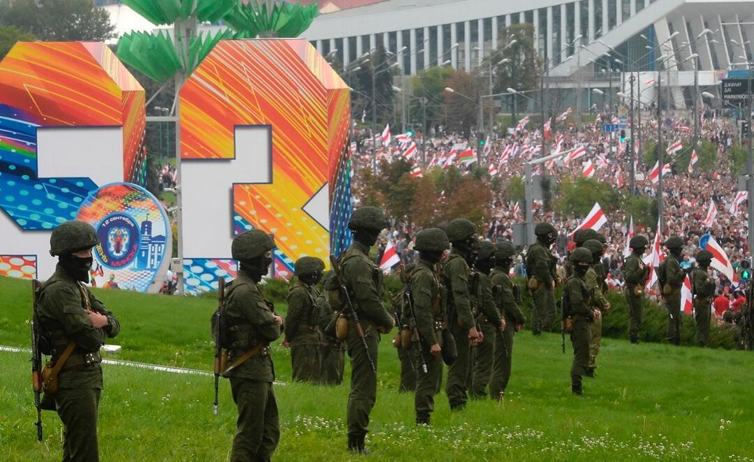 Varios militares bloquean una plaza frente al Obelisco de Minsk, Belarús, durante una manifestación de protesta contra los resultados de las elecciones presidenciales el 6 de septiembre de 2020.