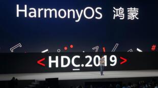 Richard Yu, consejero delegado de la división de consumo de Huawei, presenta el sistema operativo HarmonyOS durante la  Conferencia de Desarrolladores 2019 en Dongguan, China, el 9 de agosto de 2019.