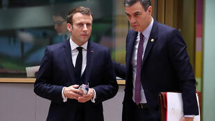 Emmanuel Macron (izq) y Pedro Sánchez llegan a la segunda jornada de una cumbre europea el 13 de diciembre de 2019 en Bruselas