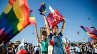 Des militants LGBTI participent à la Gay Pride d'Istanbul, place Taksim, le 24 juin 2016.