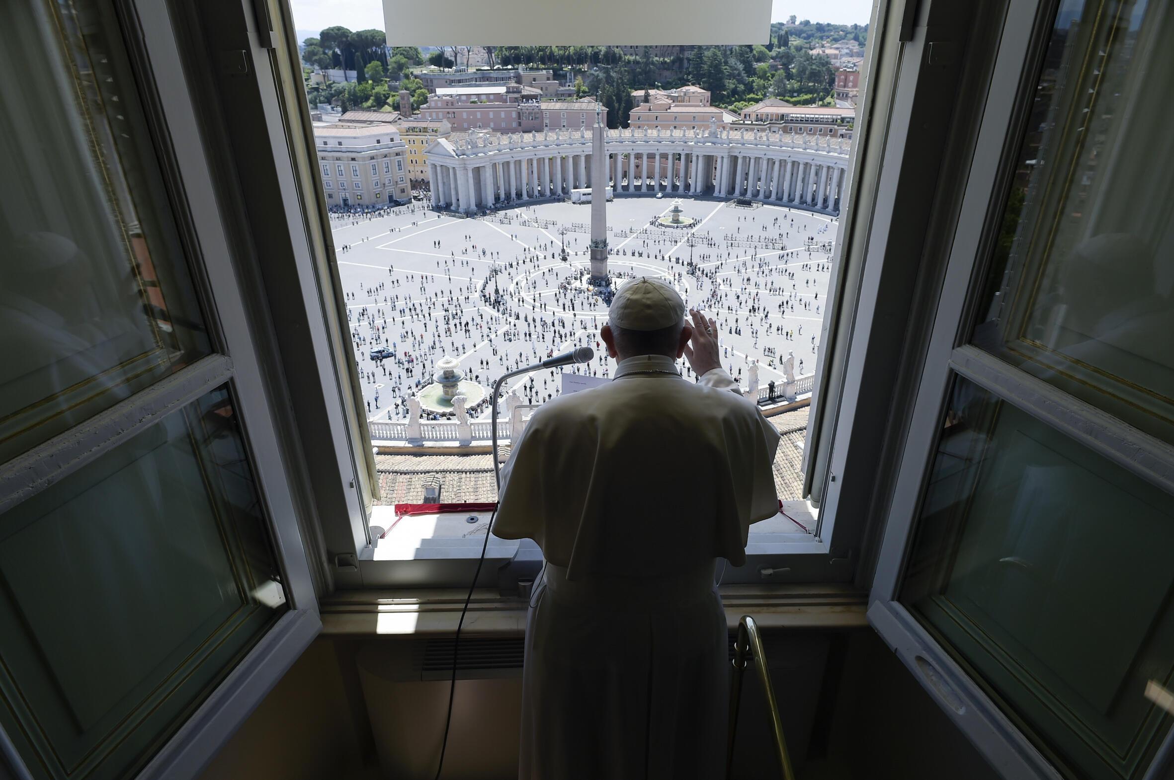 El papa Francisco dirige el rezo del 'Regina Coeli' desde su ventana del Palacio Apostólico a los fieles congregados el 31 de mayo de 2020 en la plaza de San Pedro del Vaticano.