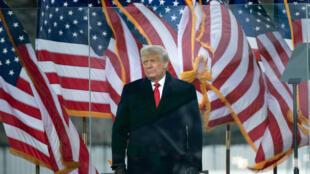 الرئيس الأميركي المنتهية ولايته دونالد ترامب مخاطبا مناصريه في 6 كانون الثاني/يناير 2021