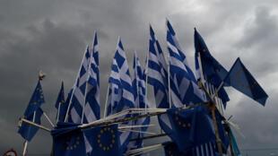 """Des drapeaux européens et grecs, lors d'une manifestation à Athènes en faveur du """"oui"""" au référendum"""