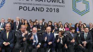 صورة تذكارية للوفود المشاركة في مؤتمر الأمم المتحدة للمناخ في مدينة كاتوفيتسه البولندية خلال الجلسة الختامية