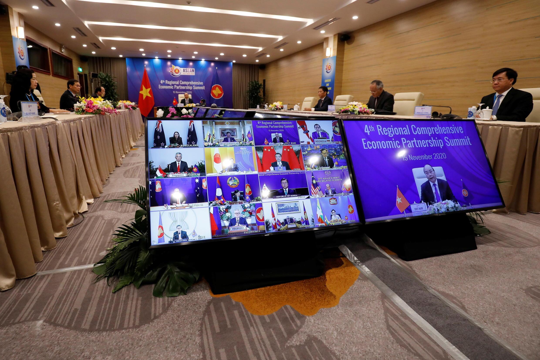 El primer ministro de Vietnam, Nguyen Xuan Phuc, preside la 4a Cumbre Regional de Asociación Económica Integral como parte de la 37a Cumbre de la ASEAN en Hanoi, Vietnam, el 15 de noviembre de 2020.
