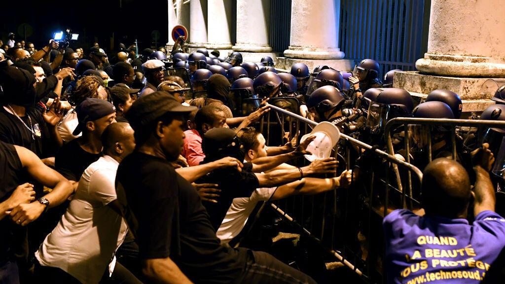 Des affrontements entre forces de l'ordre et manifestants ont éclaté à Cayenne jeudi soir.