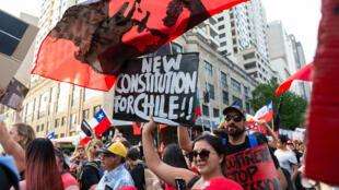 Miembros de la comunidad chilena participan en Sídney en una manifestación para mostrar solidaridad con las protestas chilenas de 2019, en la Plaza del Ayuntamiento en Sídney, Australia, el 2 de noviembre de 2019.
