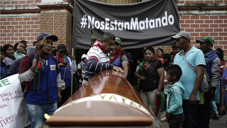 Indígenas asisten al funeral de Gersaín Yatacué el domingo 4 de agosto de 2019 en Toribio, departamento del Cauca, Colombia. Yatacué, coordinador de la guardia indígena, fue asesinado el jueves anterior en el corregimiento Huellas, de Caloto.
