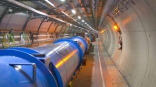 El interior del LHC, en un túnel de 27 kilómetros de largo, a 100 metros bajo tierra.