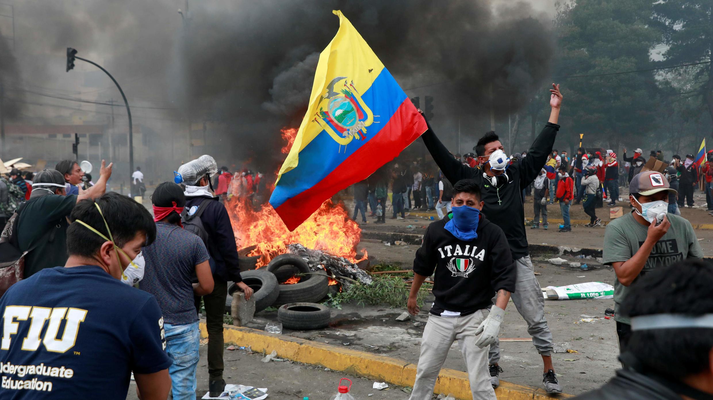 Un manifestante ondea una bandera de Ecuador durante el décimo día de protestas contra las medidas de austeridad del Gobierno de Lenín Moreno, en Quito, el 12 de octubre de 2019.