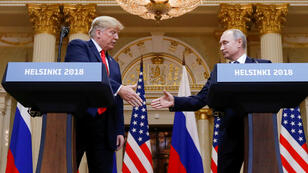 ترامب مصافحا بوتين في هلسنكي. 16 تموز/يوليو 2018.