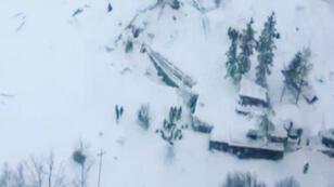 Cette image issue d'une vidéo de la police italienne représente une vue aérienne de l'hôtel Rigopiano, le 19 janvier 2017.