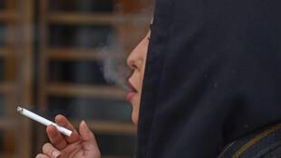 نجلاء، امرأة سعودية تبلغ من العمر 26 عامًا، تدخن علنًا في مقهى بوسط الرياض في 5 فبراير /شباط 2020.