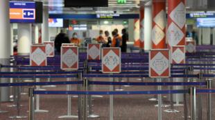تعليمات صحية في مطار رواسي شارل ديغول في 18 آذار/مارس 2021