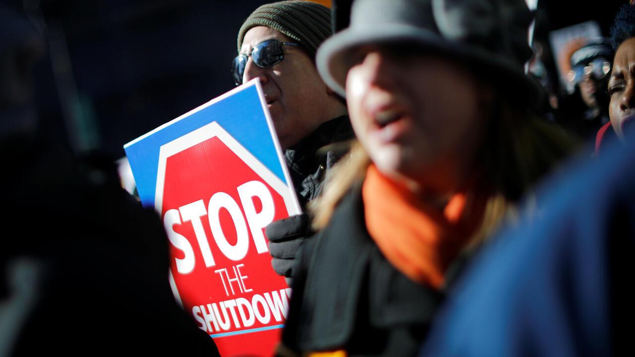 """Manifestantes marchan durante un """"Rally para Terminar el Cierre"""" del gobierno en Washington, EE. UU., el 10 de enero de 2019."""