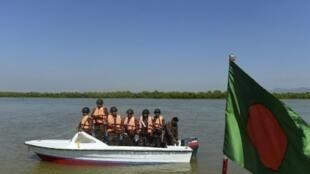 حرس الحدود من بنغلادش يقومون بدورية في نهر ناف