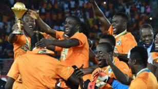 لاعبو ساحل العاج يعانقون كأس الأمم الأفريقية