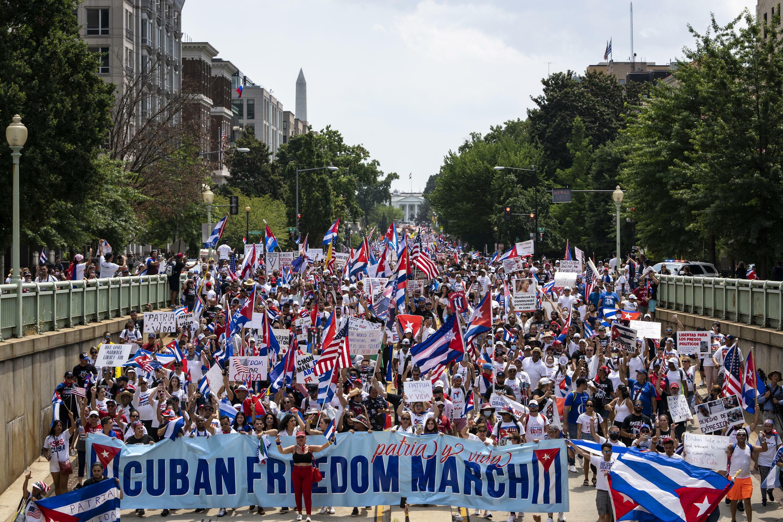 """متظاهرون محتشدون أمام البيت الأبيضللمطالبة بـ""""الحرية لكوبا"""" في 26 تموز/يوليو 2021"""