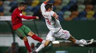 البرتغالي كريستيانو رونالدو يسدد كرة في المباراة الودية ضد اسبانيا في السابع من تشرين الأول/أكتوبر 2020.