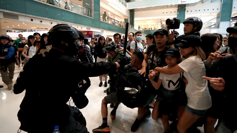 La policía antidisturbios ingresa a un centro comercial para tratar de prevenir una nueva protesta en Hong Kong, el 3 de noviembre de 2019.