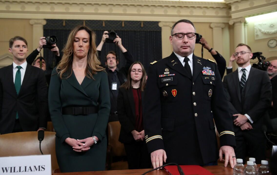 Jennifer Williams, conseillère spéciale du vice-président Mike Pence, et le lieutenant-colonel Alexander Vindmanse face à la commission du Renseignement de la Chambre des représentants à Washington, le 19 novembre 2019.