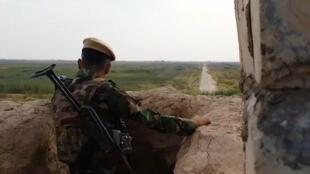 Un combattant peshmerga sur le front contre le groupe État islamique.
