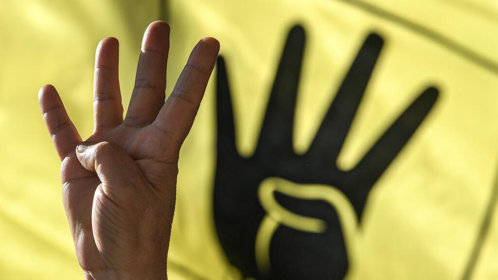 Una persona muestra el signo de Rabia (utilizado por los partidarios de Morsi y prohibido en Egipto por el Gobierno de Al-Sisi) durante una ceremonia en honor al fallecido expresidente Mohamed Morsi. Estambul, Turquía, el 18 de junio de 2019.