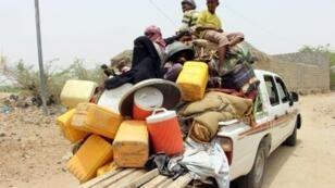 نازحون يمنيون من مدينة الحديدة يصلون الى مخيم في عبس في محافظة حجة اليمنية في 22 حزيران/يونيو.