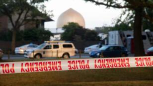La mosquée de Christchurch en Nouvelle-Zélandeest toujours sécurisée par la police après l'attentat, le 17 mars 2019.