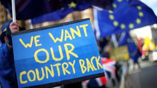 Manifestantes contra el Brexit protestan frente al parlamento en Londres, Reino Unido, el 16 de enero de 2018.
