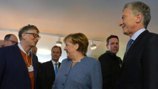 La canciller alemana, Angela Merkel, se reúne con el presidente de Argentina, Mauricio Macri, y el cofundador de Microsoft Corporation, Bill Gates, durante la reunión anual del Foro Económico Mundial (FEM) en Davos, Suiza, el 24 de enero de 2018