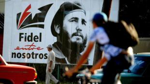 Un hombre pasa frente a un cartel del difunto líder Fidel Castro, en La Habana, Cuba.