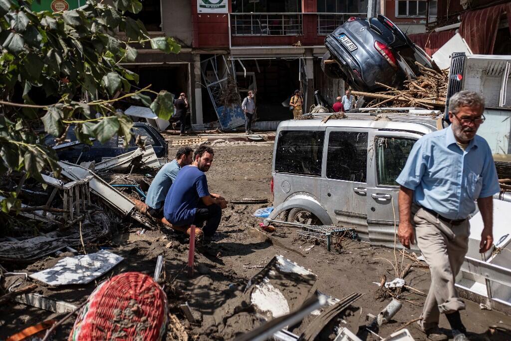Algunas personas observan los escombros que dejaron las inundaciones en la ciudad de Bozkurt, en la provincia de Kastamonu, Turquía. 13 de agosto de 2021.