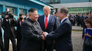 صورة من الأرشيف لمصافحة بين الرئيس الكوري الجنوبي مون جاي إن والزعيم الكوري الشمالي كيم جونغ اون، ويبدو في الوسط الرئيس الأميركي السابق دونالد ترامب.