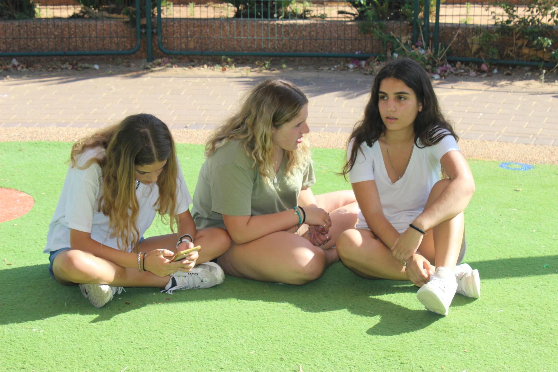 Kai, Alma et Shaked, âgées de 13 et 14 ans, se sont battues à Raanana, dans le centre d'Israël, pour pouvoir porter un short au collèg