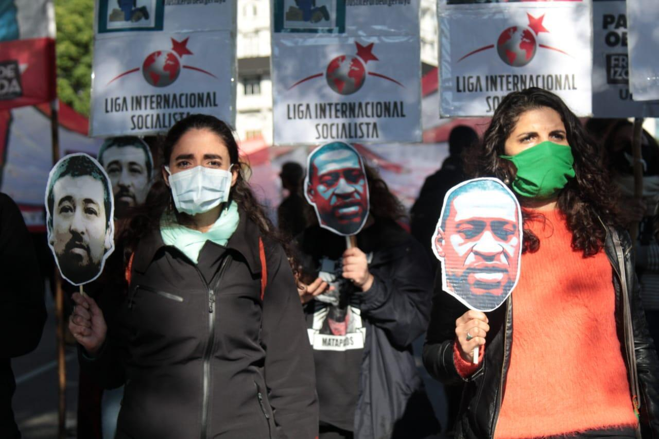 Celeste Fierro (der.) durante la manifestación en Buenos Aires, Argentina, en solidaridad con la comunidad afro de Estados Unidos. 31 de mayo de 2020.