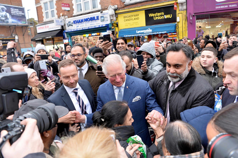 En esta foto tomada el 4 de febrero de 2020, el Príncipe Carlos de Reino Unido se va después de visitar la tienda TK Maxx Tooting en Londres, Reino Unido.